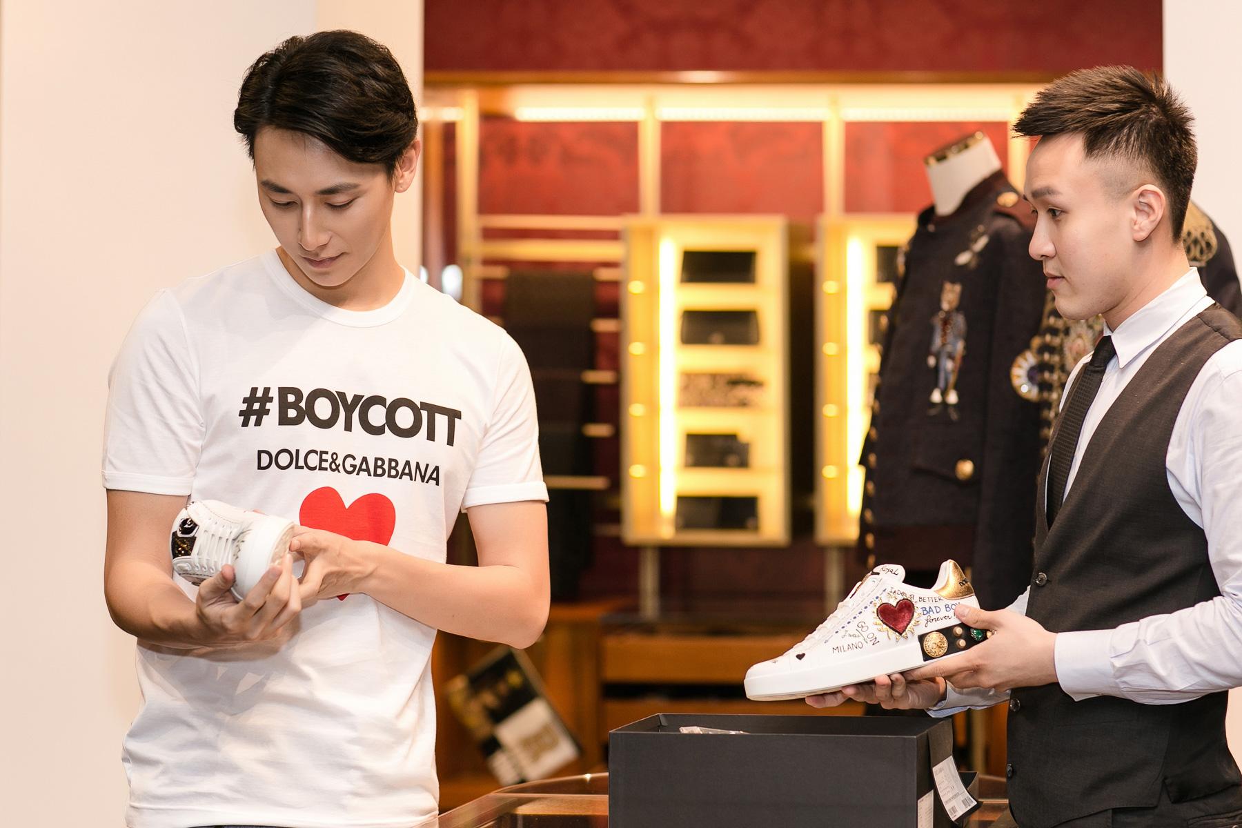 """Rocker Nguyễn cũng là một trong số những """"millennials"""" sẽ có mặt trong sự kiện khai trương của Dolce & Gabbana. Anh """"mê mẩn"""" những đôi giày sneakers hiện đang """"làm mưa làm gió"""" trên mạng xã hội của Dolce & Gabbana"""