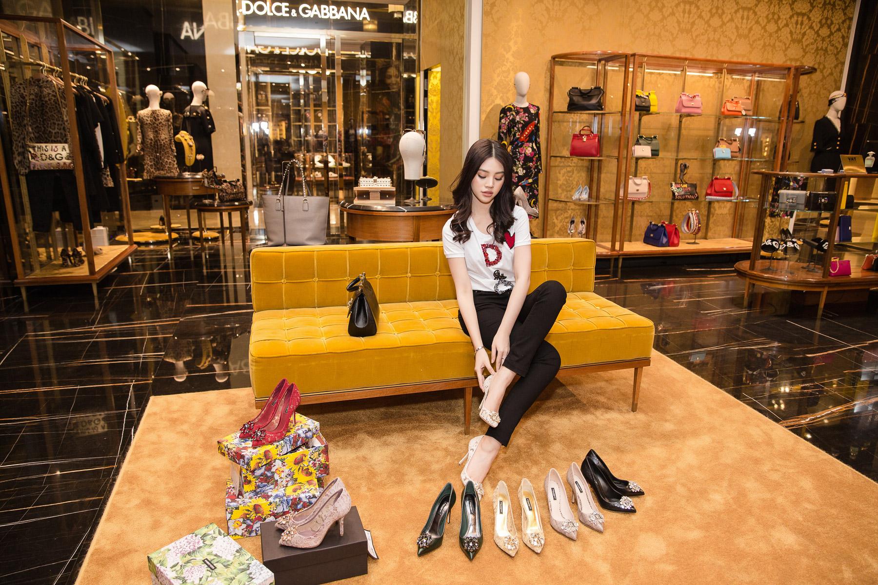 Hoa hậu Jolie Nguyễn say đắm trong những thiết kế giày cao gót Lace của Dolce & Gabbana