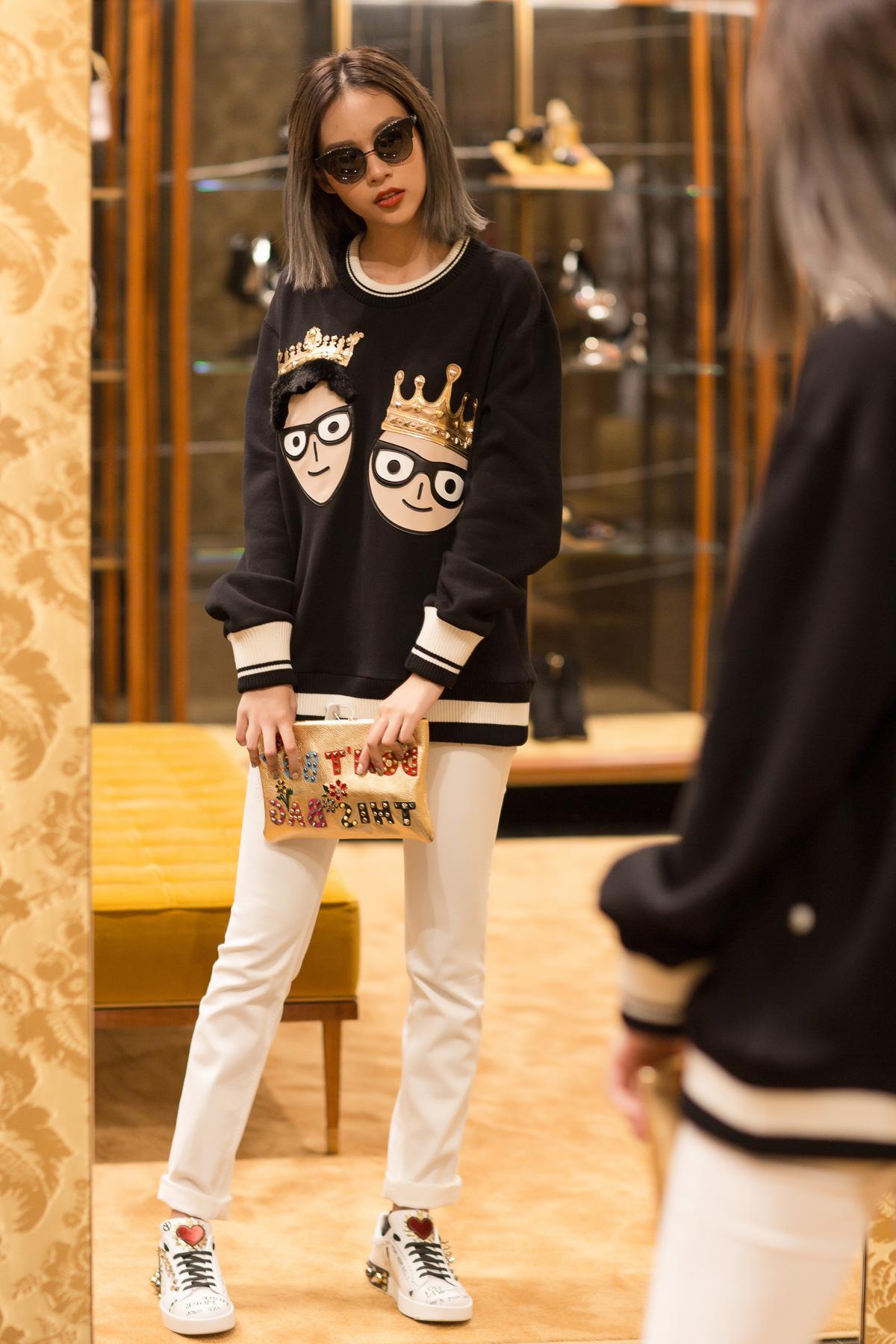 Phí Phương Anh mặc chiếc áo sweater với hình họa ngộ nghĩnh trong BST Thu Đông 2017 của Dolce & Gabbana.