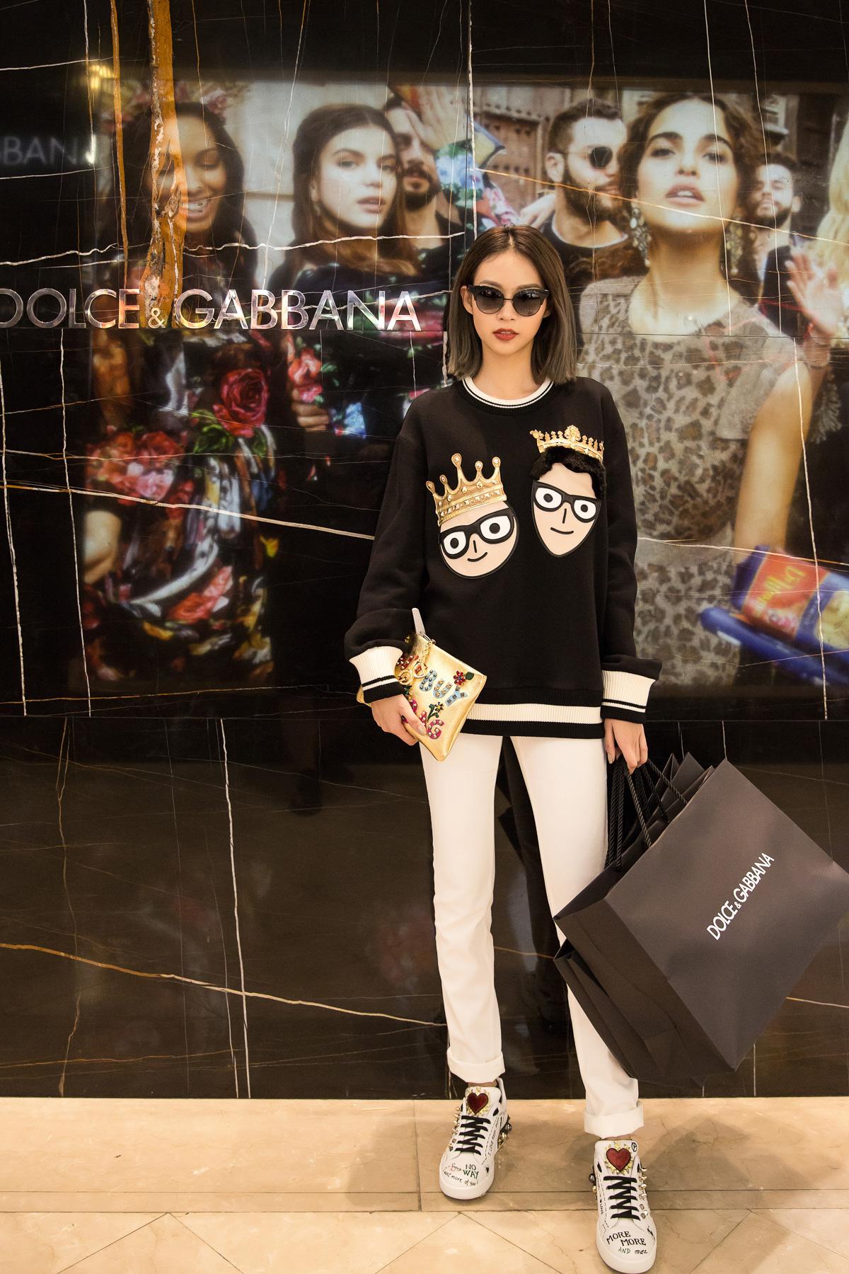 """Cô cũng đã sẵn sàng để """"tỏa sáng"""" trong buổi tiệc khai trương của Dolce & Gabbana tối ngày 17/11"""