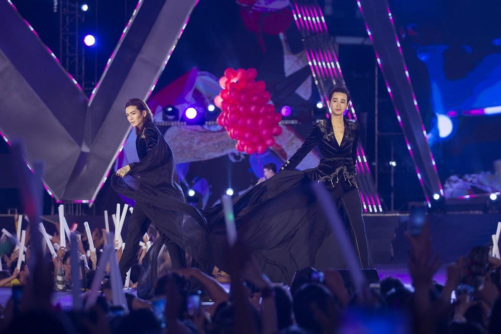Cả hai đã có màn catwalk thần sầu trong một chương trình quy tụ nhiều siêu mẫu, Hoa hậu nổi tiếng khiến khán giả vô cùng bất ngờ và ngạc nhiên.