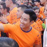 Nguyên Khang, Hoa Hậu Hương Giang chạy bộ trong cơn mưa tầm tã