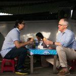 Thủ tướng Úc ăn bánh mì vỉa hè cùng đầu bếp Luke Nguyễn tại Đà Nẵng