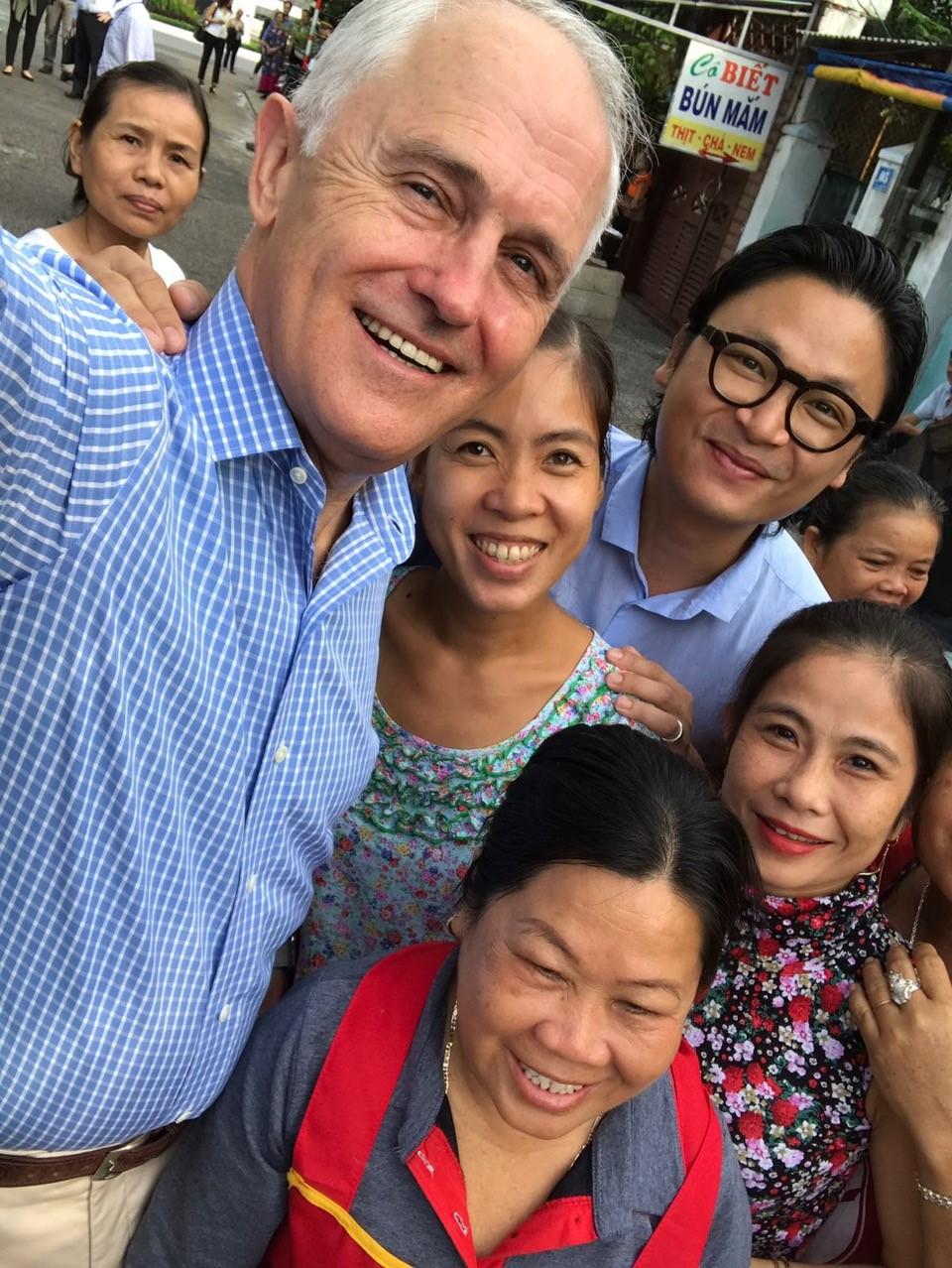 Thủ tướng Úc vui vẻ chụp hình selfie với người dân Đà Nẵng