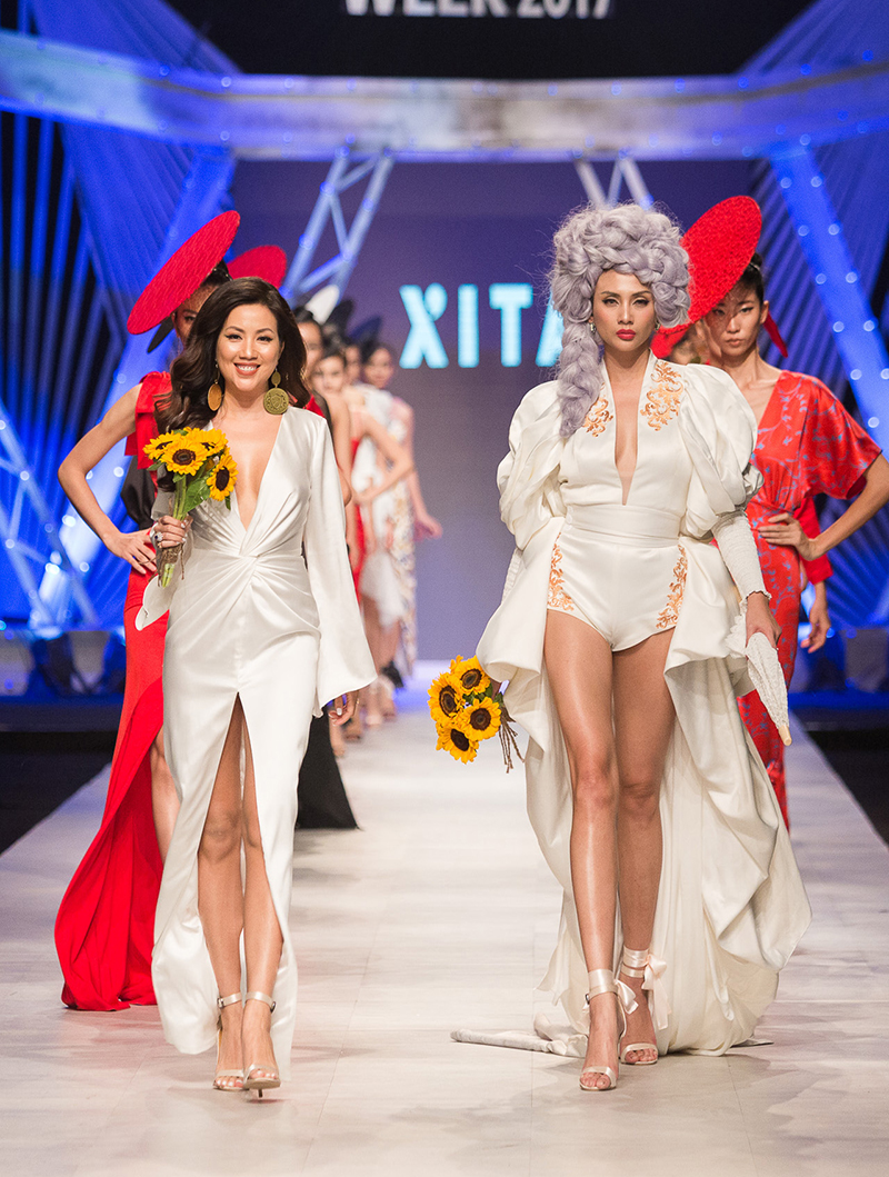 Nhà thiết kế Katy và siêu mẫu Hoàng Yến cùng dàn mẫu ra chào khán giả ở cuối chương trình.