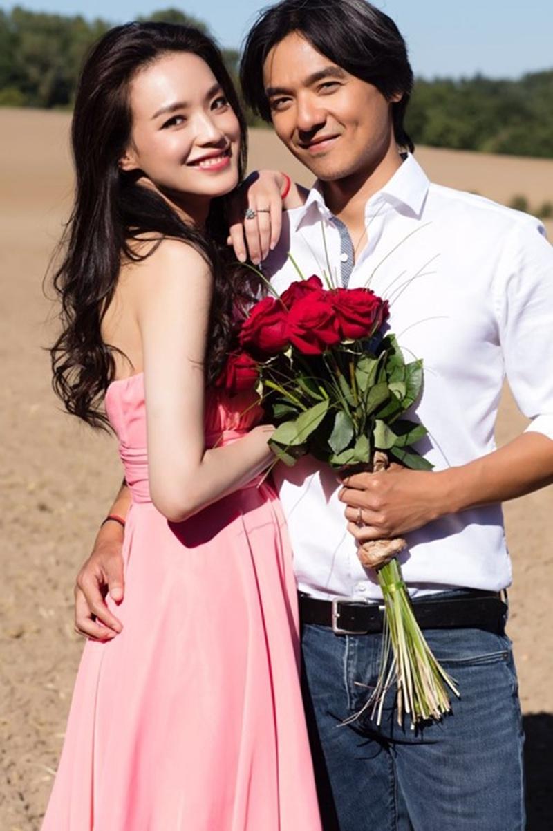 Bộ đồ Tây, váy hồng, khăn voan được mua vội ở một cửa hiệu nhỏ. Hoa cầm tay là vài cành hồng đỏ thắm