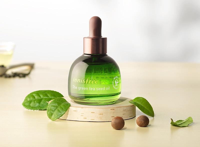 Innisfree The Green Tea Seed Oil chứa thành phần dầu hạt trà xanh và hoa hướng dương giúp cung cấp độ ẩm và nuôi dưỡng làn da.
