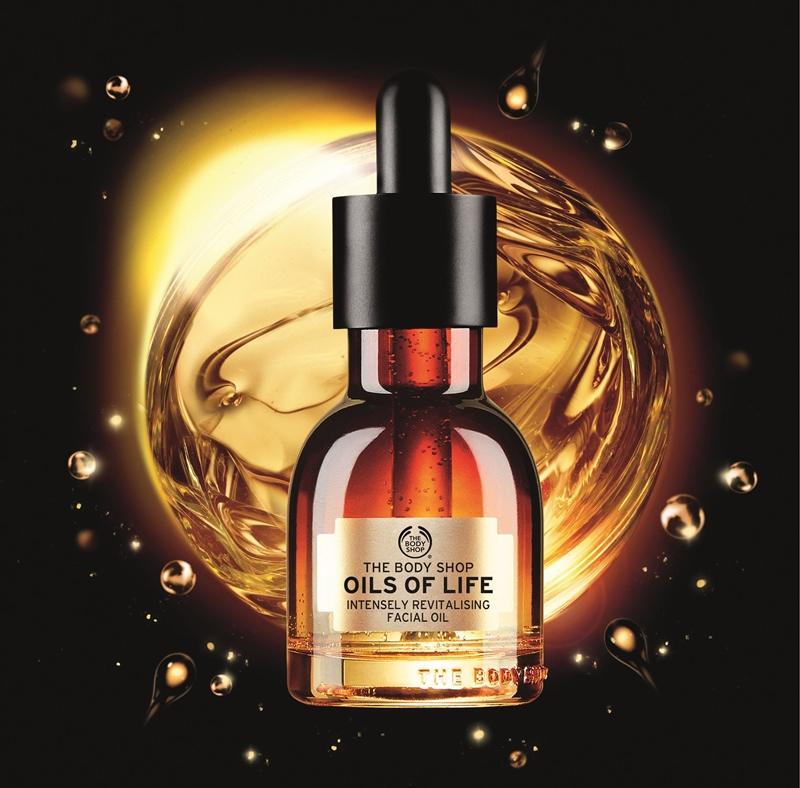 The Body Shop Oils of Life™ Intensely Revitalising chứa ba loại dầu hạt quý giá, cung cấp đầy đủ độ ẩm cho da mà không hề gây ra cảm giác bết dính.