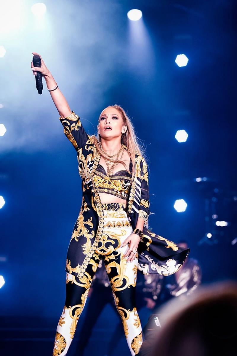 """Thiết kế này mang họa tiết Baroque đặc trưng gắn liền với thương hiệu Versace từ khi nhà sáng lập Gianni Versace vẫn còn """"trị vì""""."""