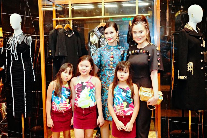 """Đông Nhi chụp hình cùng Á hậu Phương Lê và ba """"công chúa"""" mặc trang phục đồng điệu."""