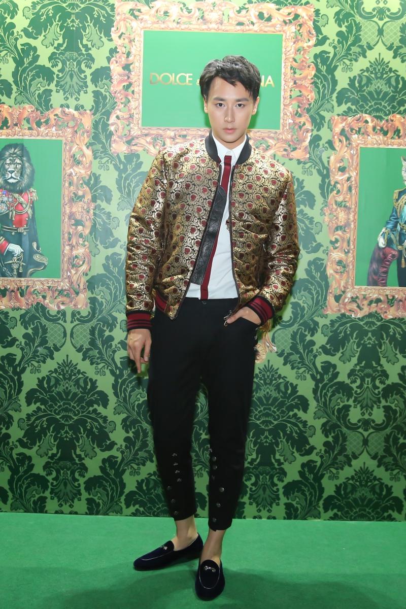 Rocker Nguyễn mặc áo khoác bomber thể thao với chất liệu vải dệt sợi ánh kim.