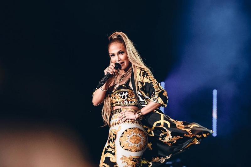 Jennifer Lopez mặc thiết kế trong BST Xuân Hè 2018 của Versace trong show diễn tại Dubai