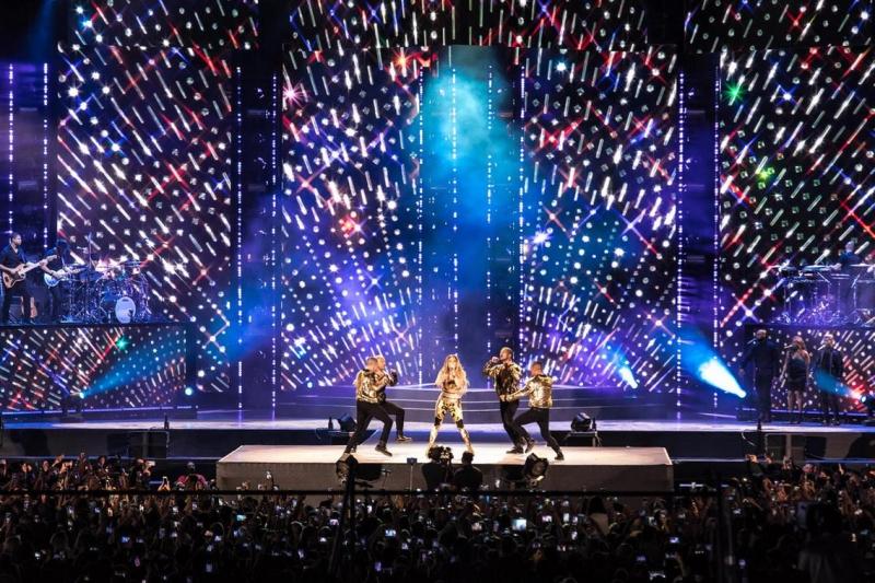 Sân khấu vô cùng hoành tráng với những hiệu ứng hình ảnh, ánh sáng tuyệt đẹp.