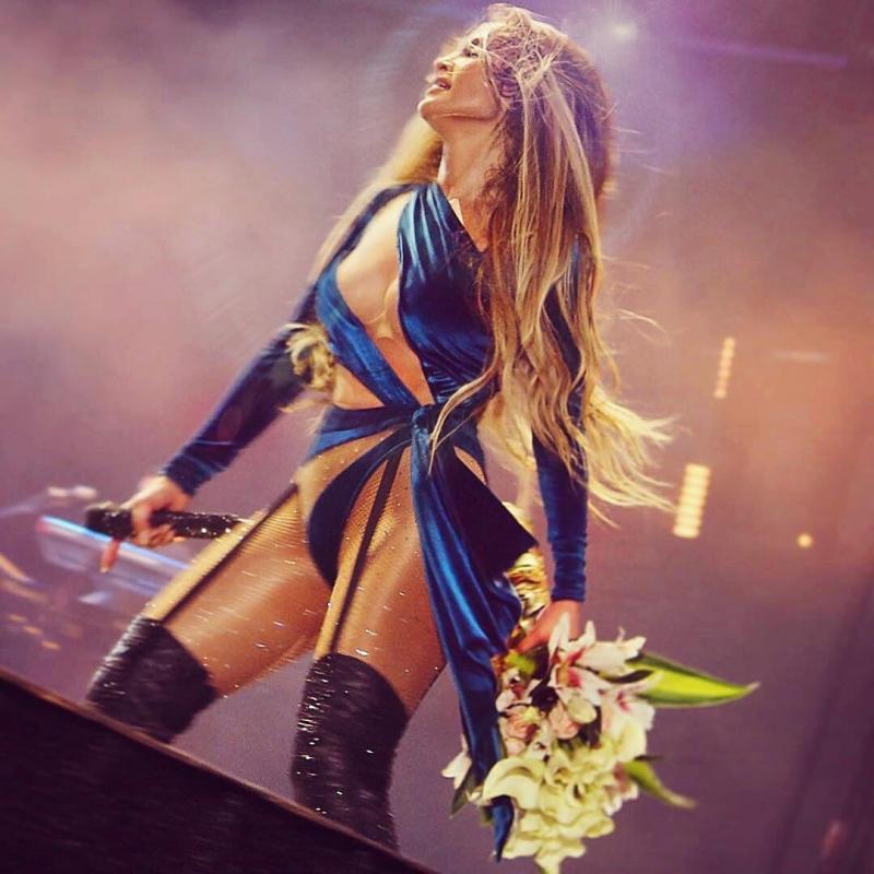 Thiết kế của Bao Tranchi góp phần tôn lên những đường cong nóng bỏng của Jennifer Lopez.