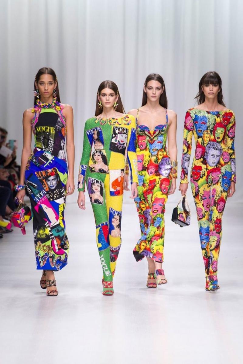 Những thiết kế mang mô típ trang trí họa tiết bìa Tạp chí Vogue theo phong cách pop-art là những điểm nổi bật trong BST Xuân Hè 2018 của Versace.