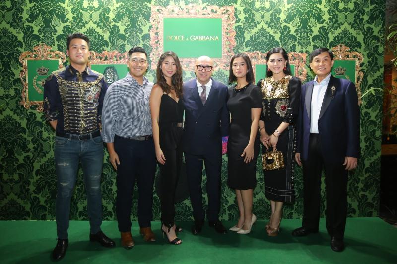 Đại diện của tập đoàn IPP, công ty DAFC phân phối Dolce & Gabbana tại Việt Nam cùng với ông Alfonso Dolce - Chủ tịch của Dolce & Gabbana toàn cầu (đứng giữa)
