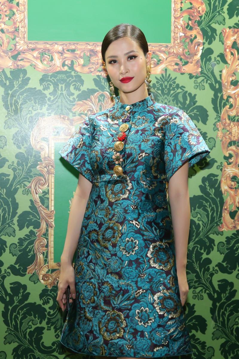 Ca sĩ Đông Nhi mặc thiết kế đầm bằng vải gấm dệt hoa tuyệt đẹp của Dolce & Gabbana