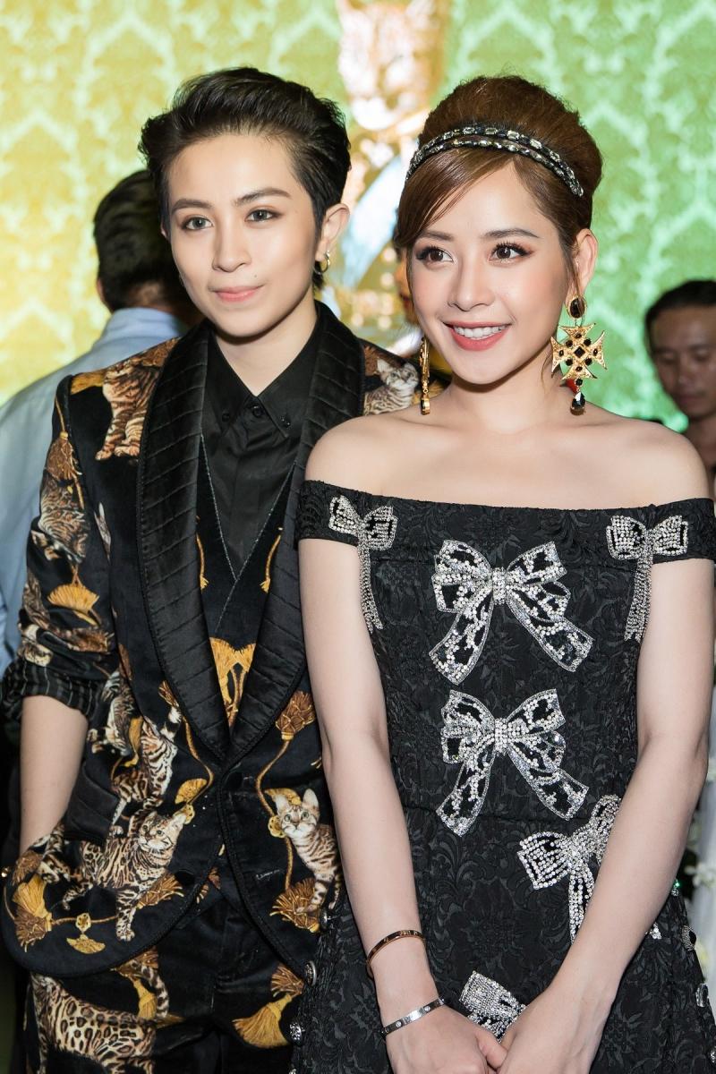 Gil Lê (trái) mặc bộ tuxedo nổi bật bởi những họa tiết hình mèo.