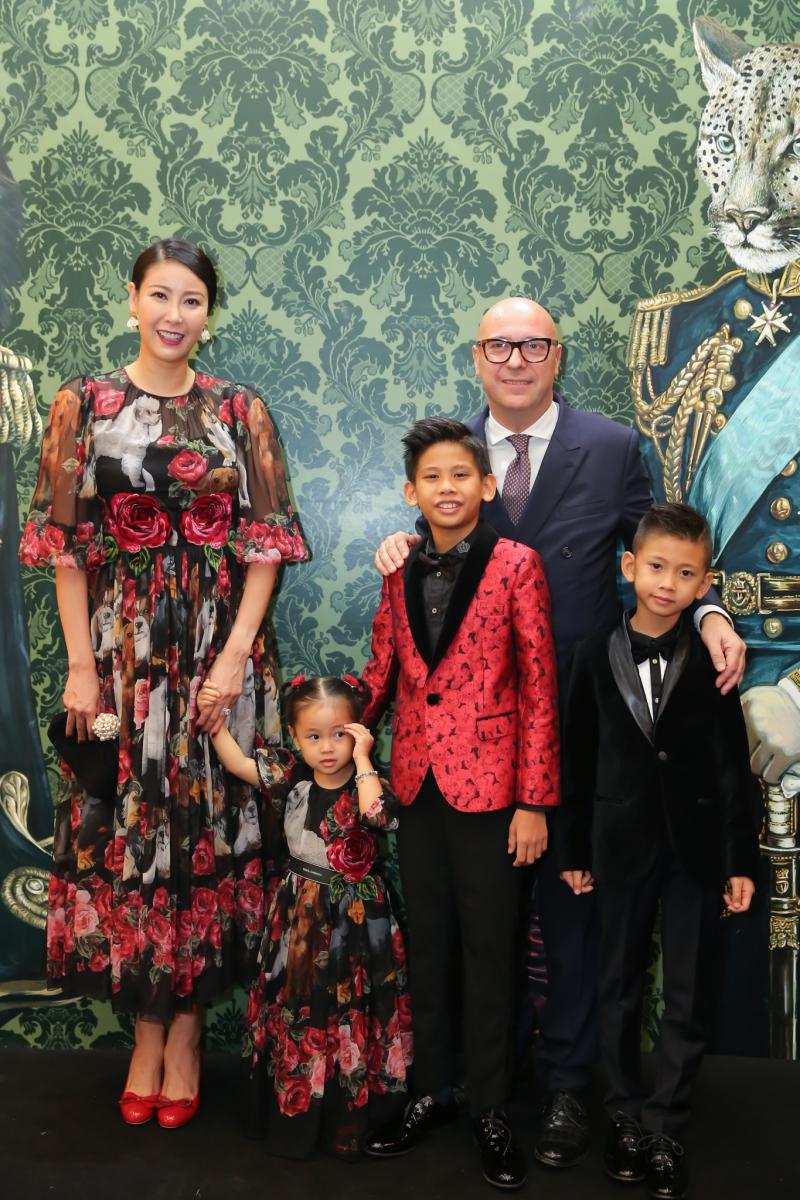 Hoa hậu Hà Kiều Anh dự sự kiện cùng ba con đều mặc trang phục của Dolce & Gabbana rất
