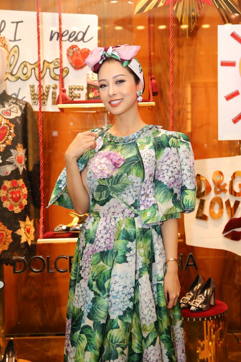 Hoa hậu Jennifer Phạm đảm nhiệm vai trò MC cho chương trình. Cô mặc bộ đầm in họa tiết hoa cẩm tú cầu của Dolce & Gabbana phối cùng khăn turban tiệp màu.
