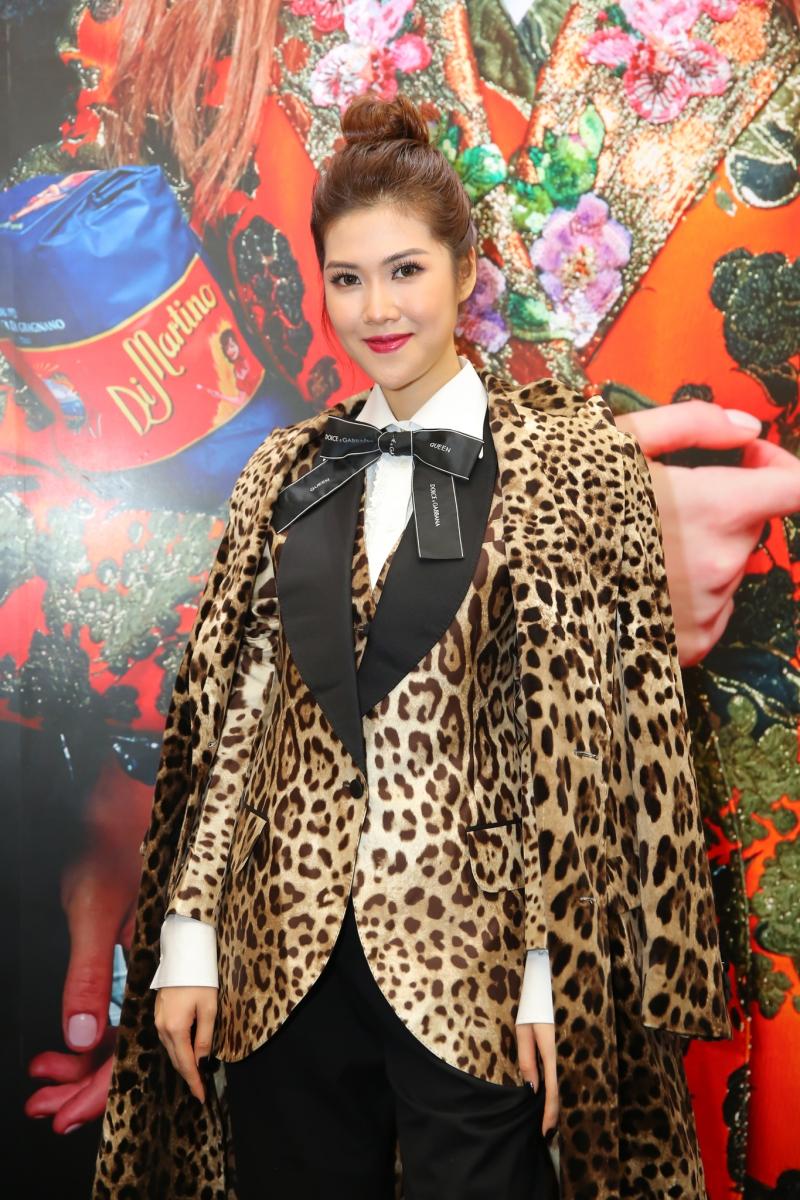 Người mẫu Thu Hằng Mặc áo khoác họa tiết da báo đặc trưng của Dolce & Gabbana.