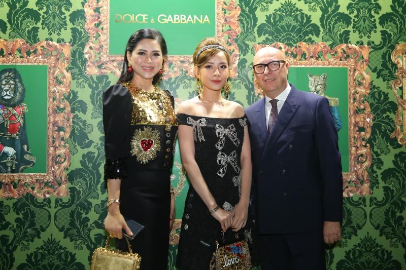 Bà Lê Hồng Thủy Tiên (trái) trẻ trung trong thiết kế của Dolce & Gabbana