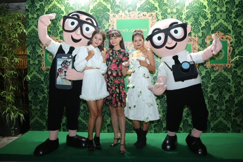 Bộ ba người mẫu (từ trái qua) Hương Ly, Hoàng Oanh, Quỳnh Châu chụp hình cùng hai hình nộm mô phỏng hai NTK Domenico Dolce và Stefano Gabbana.