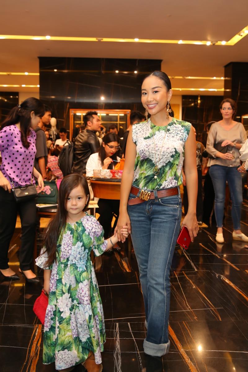 Đoan Trang và con gái mặc trang phục đồng điệu của Dolce & Gabbana đến dự sự kiện.