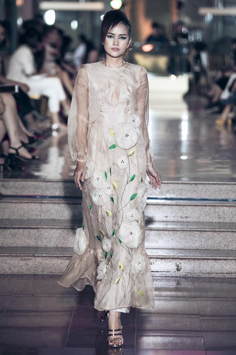 Hoa sứ được hình tượng hoá bằng chất liệu đồng khắc hoạ tinh tế, điểm nhấn của hơn 53 thiết kế trên chất liệu nhung hoa