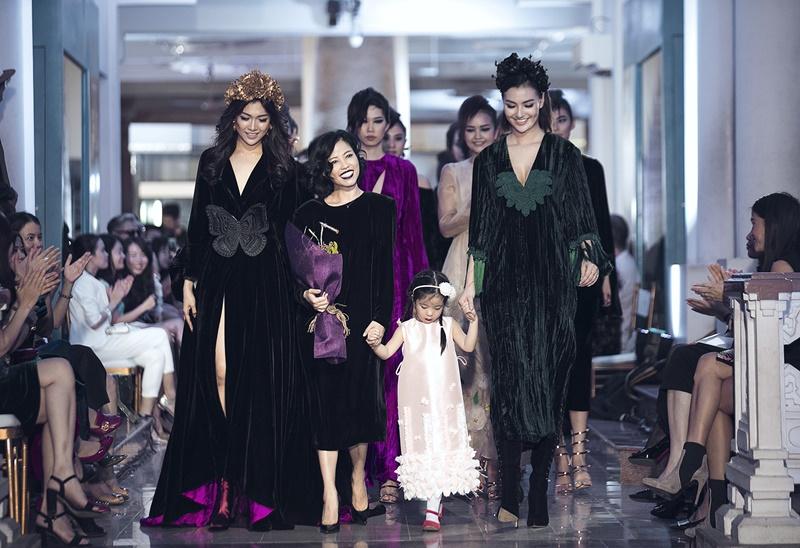 Hợp tác cùng những người thợ thủ công hàng đầu, cùng nghệ nhân Vân Trí, mỗi thiết kế của Hà Linh Thư trở thành một tác phẩm nghệ thuật đương đại, với kĩ thuật tạo khối trang phục, pha trộn màu sắc. Đây sẽ là điểm khởi đầu của Hà Linh Thư trong việc đem nhung lụaViệt Nam chinh phục thế giới.