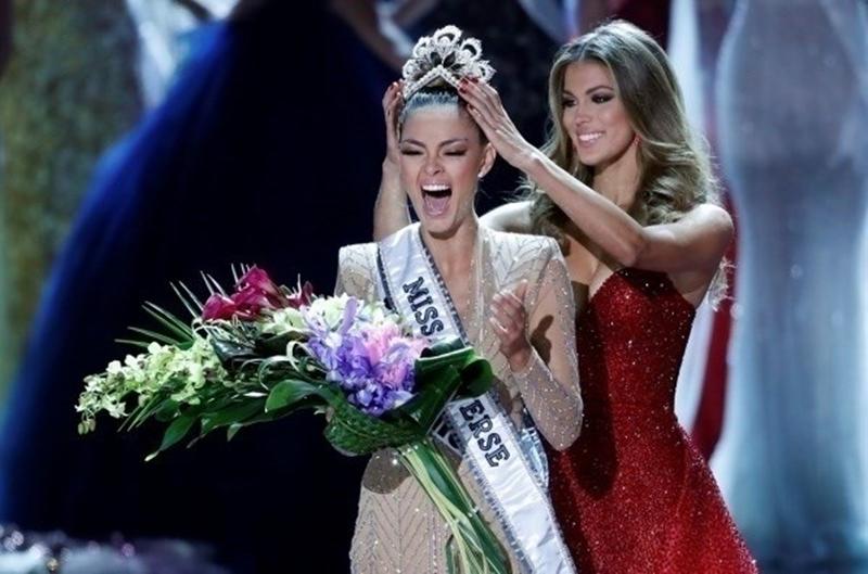 Cô nhận vương miện từ Hoa hậu Hoàn vũ 2016 - Iris Mittenaere