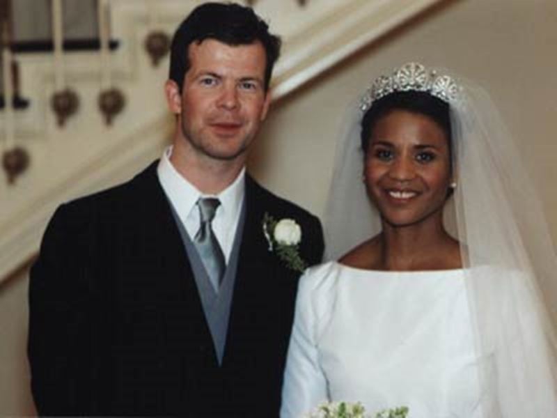 Váy cưới do chính Angela thiết kếkết hợp với chiếc vương miện Kinsky mà cô em chồng là công chúa Tatjana đã đội trong đám cưới cách đó một năm