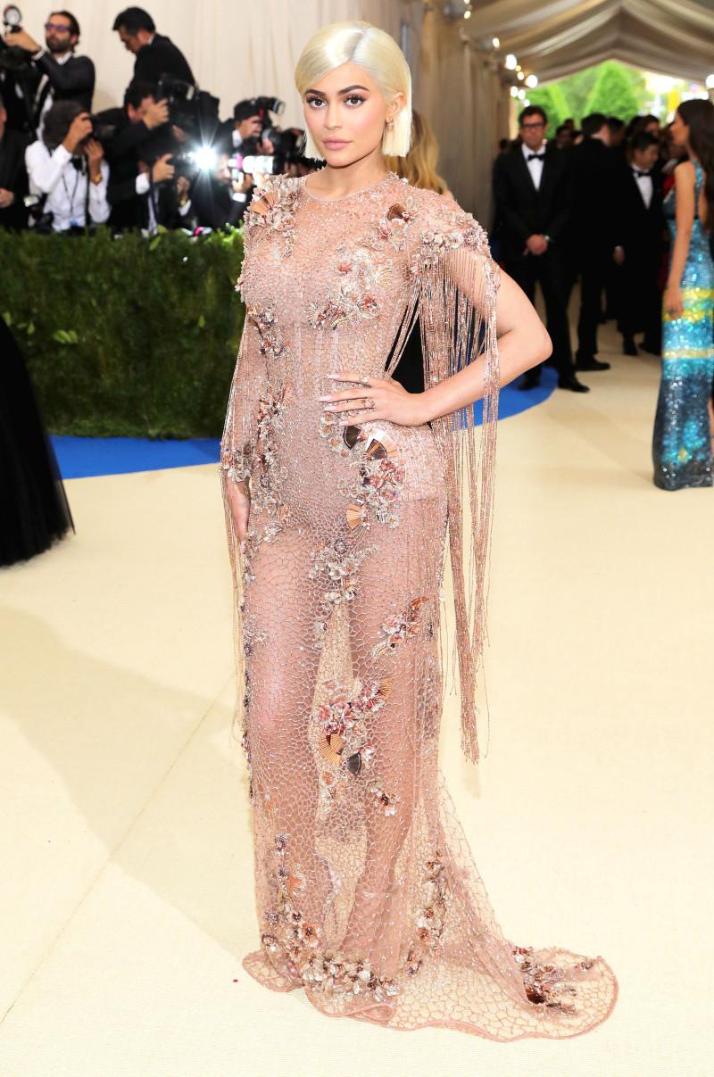 Xuât hiện tại MET Gala năm nay, Kylie Jenner đã chứng minh sự trưởng thành thực thụ trong phong cách của mình với thiết kế haute couture từ Versace. Tinh tế, gợi cảm và vô cùng hào nhoáng chính là hình tượng mà nàng hot girl số 1 Hollywood mong muốn hướng đến.