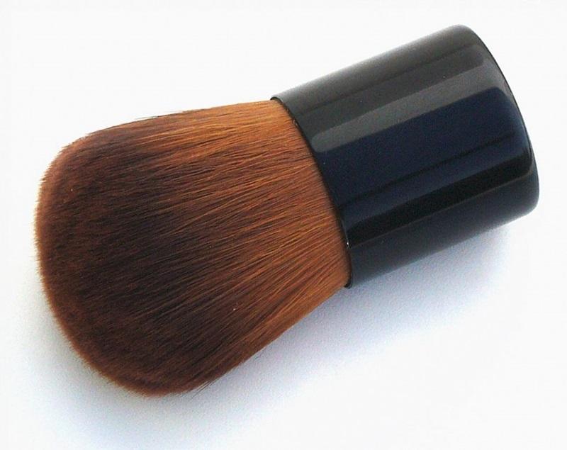 Lumiere -cọ Kabuki lông từ sợi tổng hợp. Giá: 14$ (khoảng 308.000VND)