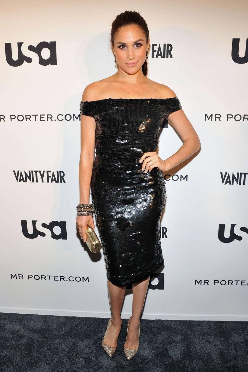 Những thiết kế little black dress luôn được lòng Meghan Markle và cô luôn biết cách phối cùng những phụ kiện và kiểu tóc khác nhau.