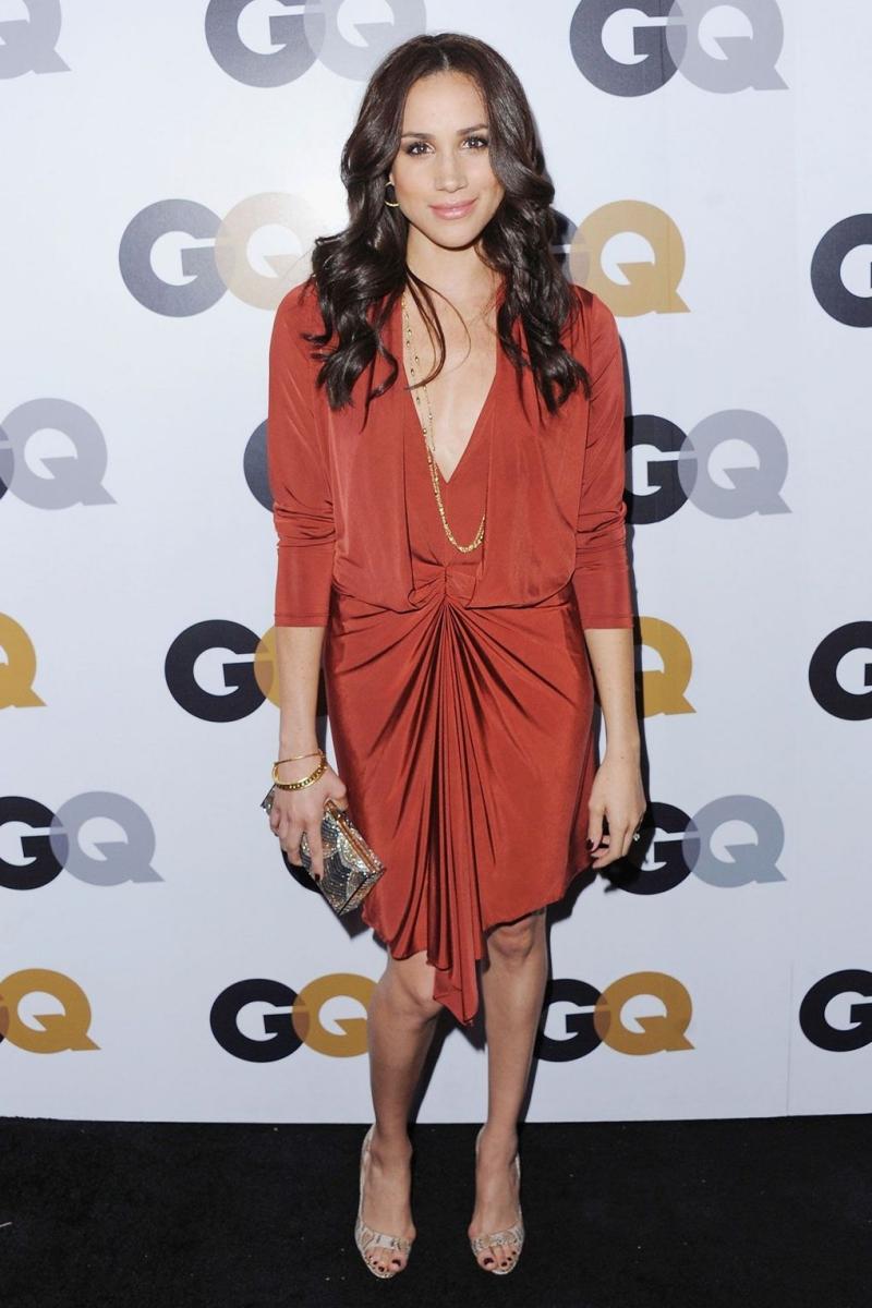 Tại một sự kiện của Tạp chí GQ, Meghan mặc thiết kế đầm rủ vô cùng quyến rũ.
