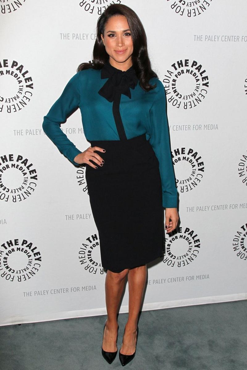 """Bộ trang phục với áo sơ mi và chân váy bút chì này của Meghan mang đậm phong cách của nhân vật Rachel Zane trong """"Suits"""""""