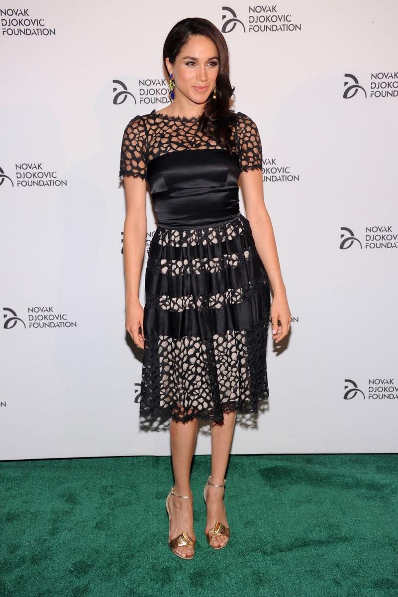 Trong buổi tiệc tối của Novak Djokovic Foundation tại New York, cô mặc một thiết kế đầm đen phối cùng sandals cao gót vàng ánh kim.
