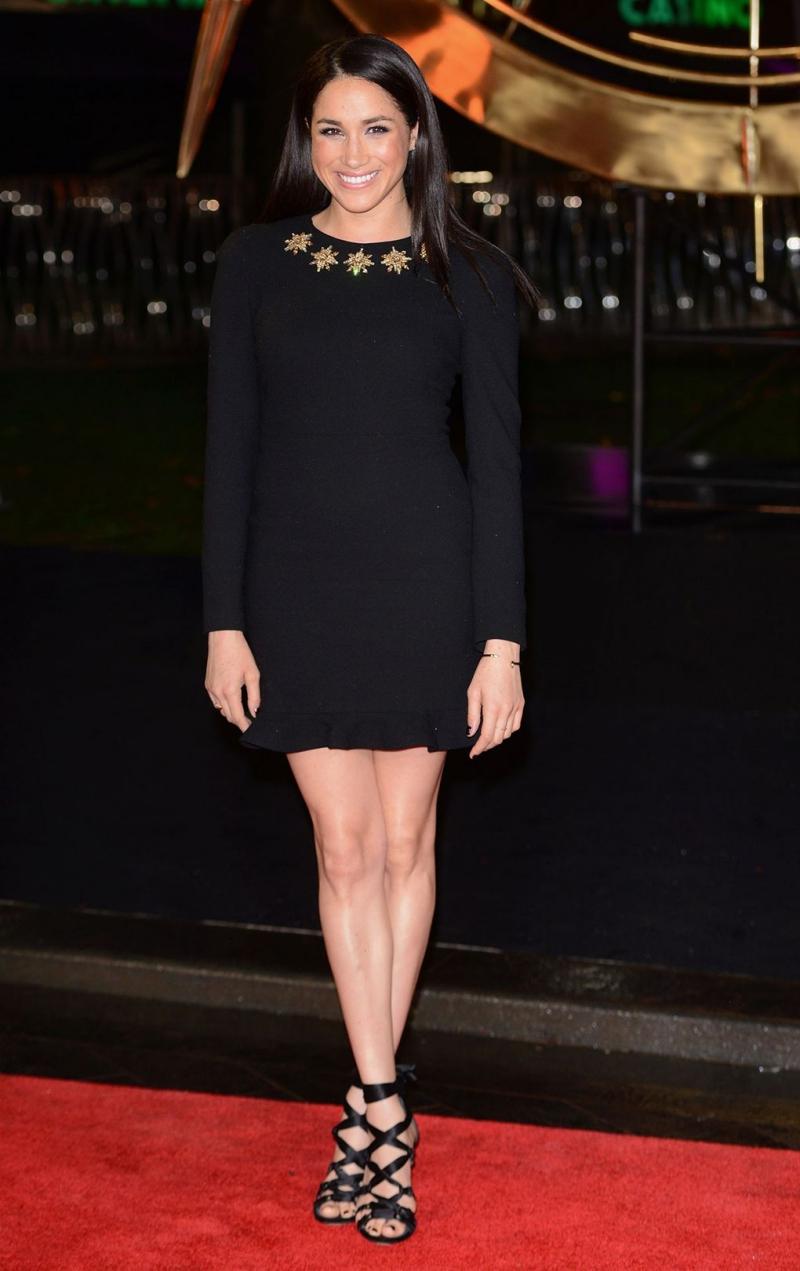 """Lại một thiết kế đầm nhỏ màu đen khác được Meghan Markle lựa chọn khi xuất hiện trên thảm đỏ sự kiện ra mắt phim """"Hunger Games: Catching Fire"""" tại Anh."""