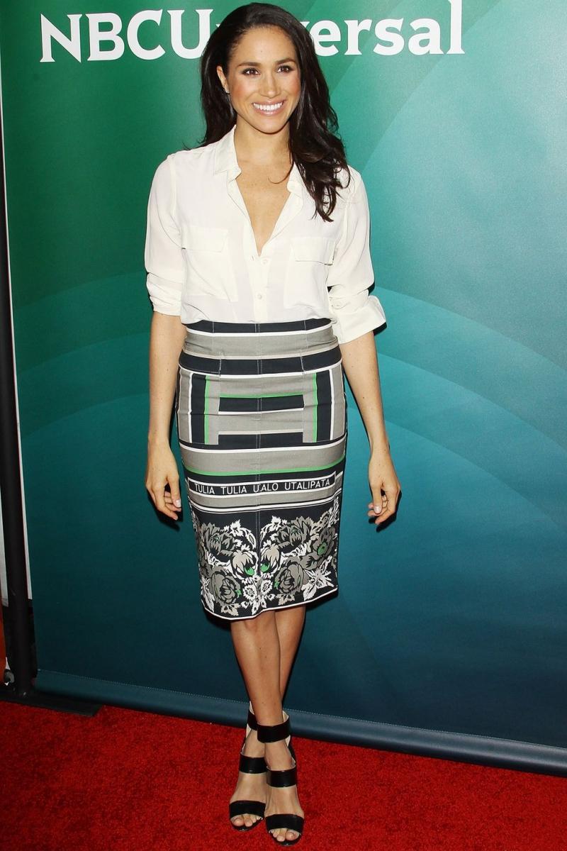 Sơ mi trắng phóng khoáng phối cùng chân váy bút chì họa tiết, trông thật đơn giản mà vô cùng sang trọng, quyến rũ phải không?