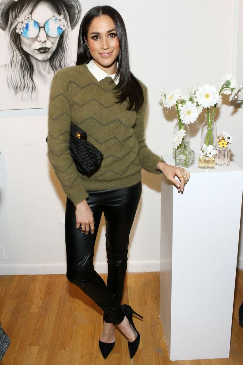 Tại một sự kiện nước hoa của Marc Jacobs, Meghan mang đến sự kết hợp vô cùng đơn giản mà tinh tế với áo sơ mi trắng mặc trong áo len màu xanh olive và quần da màu đen.