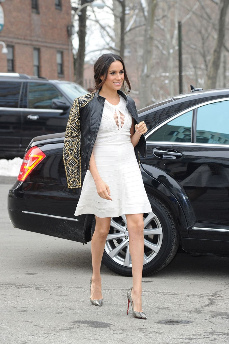 Tại Tuần lễ Thời trang New York, cô mặc đầm trắng cùng giày Christian Louboutin và khoác thêm áo khoác da nạm đinh cá tính.