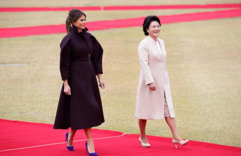 Đệ nhất Phu nhân Mỹ thu hút mọi ánh nhìn với chiếc áo khoác có cấu trúc đặc sắc của Delpozo mang tông màu tím bên cạnh Đệ nhất Phu nhân Hàn Quốc Kim Jung-Sook mặc áo khoác màu hồng phấn nhẹ nhàng tại Nhà Xanh ở Seoul.