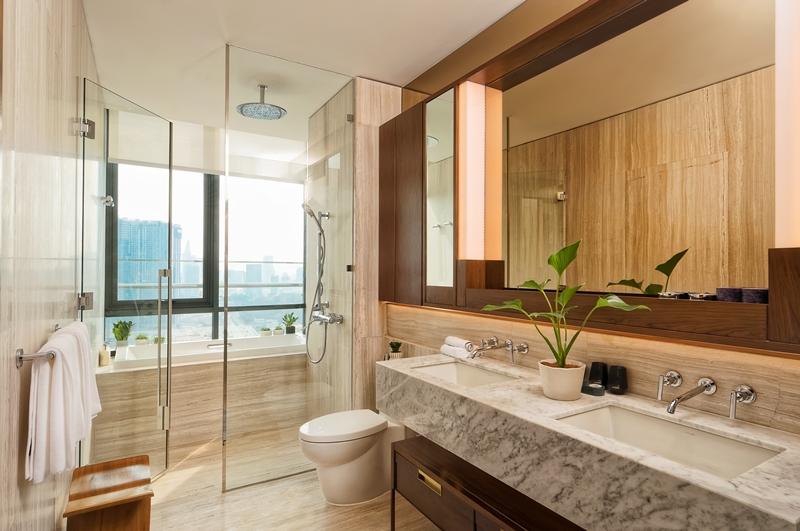 phòng tắm chính theo phong cách spa với tầm nhìn toàn cảnh thành phố, phòng thay trang phục với những chi tiết trang trí sắc sảo