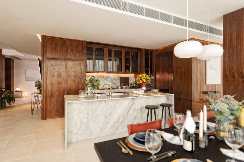 Đẳng cấp của căn hộ còn thể hiện ở từng chi tiết nhỏ, từ hệ thống điện, các thiết bị đều được thiết kế âm tường, cho đến những đồ dùng mang thương hiệu quốc tế như Miele, Blum và Kohler.