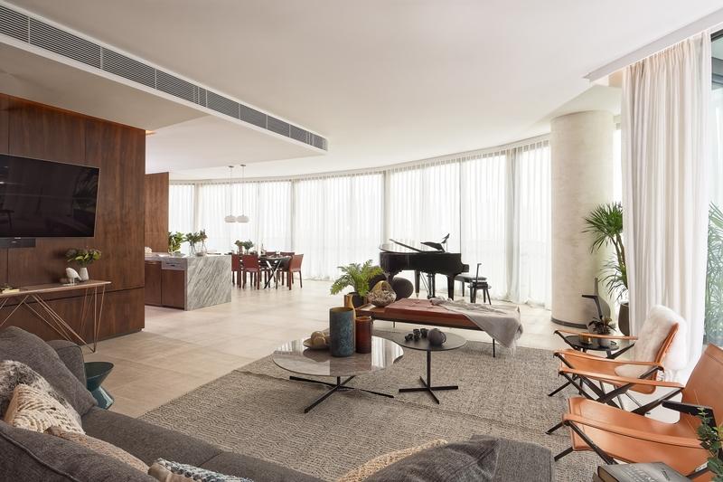 Phòng khách, khu bếp và phòng ăn là không gian mở liền mạch với những chi tiết tinh tế từ các vật liệu cao cấp như đá cẩm thạch, gỗ và các vật dụng trang trí phong cách được tuyển chọn kỹ lưỡng