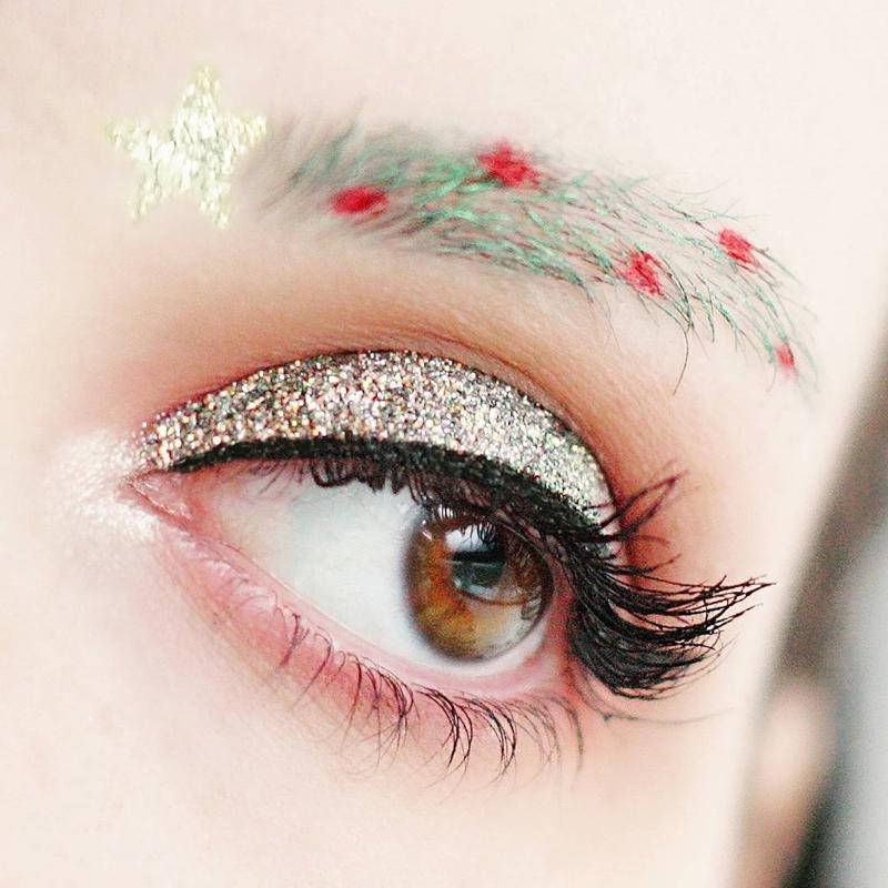 Với những cô nàng không có nhiều lông mày, hãy sử dụng màu xanh lá để kẻ thêm lông mày và trang trí nó với những chấm tròn màu đỏ.