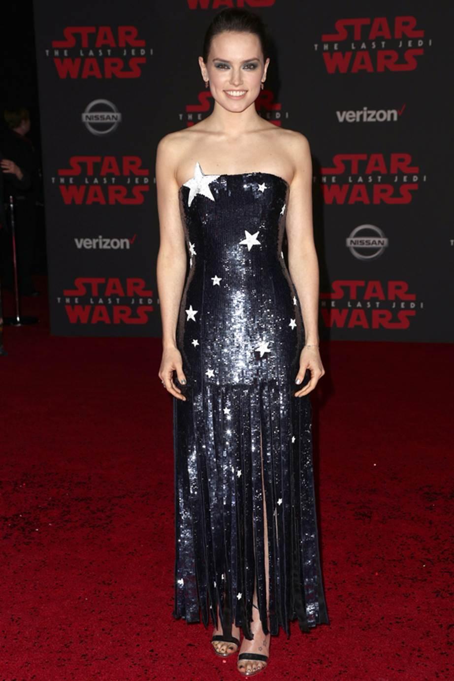 Trang phục của nữ diễn viên Daisy Ridley không thể phù hợp hơn cho sự kiện ra mắt Star Wars. Nàng Rey chọn cho mình thiết kế với họa tiết ngôi sao gợi cảm từ Monse.