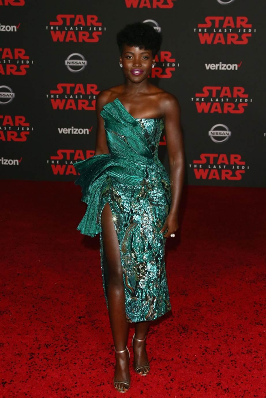 Nữ diễn viên Lupita Nyong'o tỏa sáng với thiết kế màu xanh lá đính sequin bắt mắt từ nhà mốt Halpern.