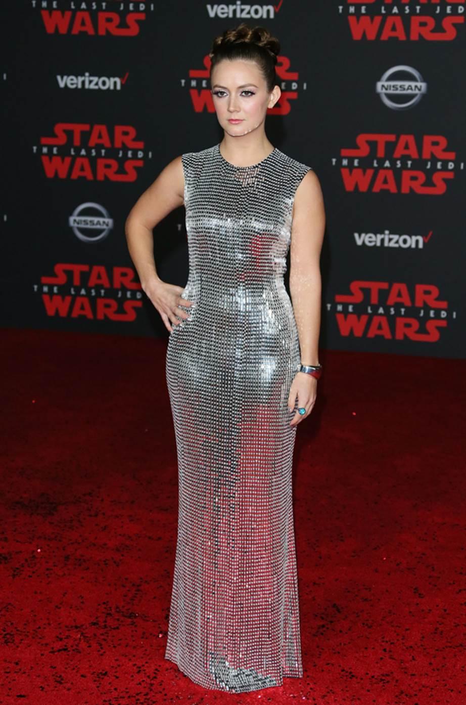 Billie Lourde tỏa sáng thực sự trong thiết kế của Tom Ford. Cô để kiểu tóc của công chúa Leia, và mang chiếc nhẫn của mẹ mình để tri ân đến bà - nữ diễn viên Carrie Fisher.
